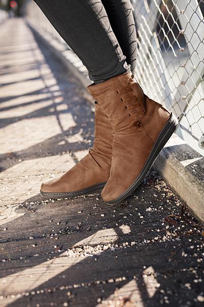 Brede schoenen kunnen heel mooi zijn! Bestel uw brede schoenen bij Kievit Schoenen.